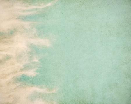 Wispy voorjaar wolken op een gestructureerde, vintage papier achtergrond met grunge vlekken. Stockfoto