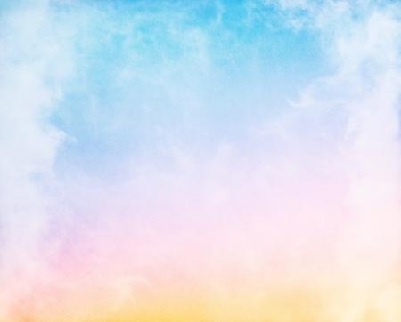 himmel hintergrund: Nebel und Wolken auf einem bunten Regenbogen blau bis orange Verlauf. Bild zeigt eine erfreuliche Papier Maserung und Struktur bei 100%. Lizenzfreie Bilder