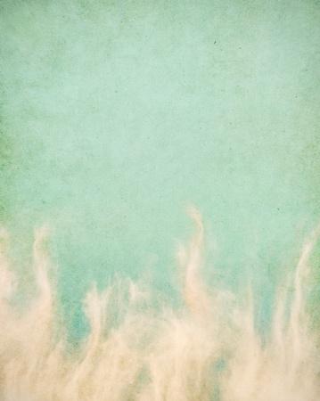 vintage grunge image: Nuvole primaverili wispy su una trama, sfondo vintage con macchie grunge. Immagine ha un cartamodello piacevole grana al 100%.