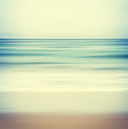 흐린 패닝 모션 이미지와 추상적 인 바다 경치는 간 처리 색상과 복고풍 빈티지 모양을 표시합니다