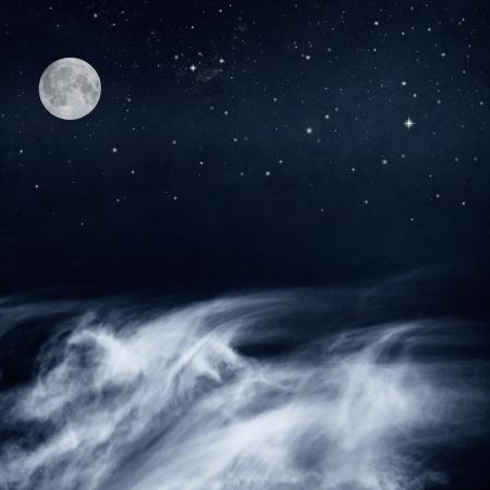 noche y luna: Un cloudscape de fantas�a con una luna llena y las estrellas hace en una interpretaci�n-cool tonos blanco y negro la imagen tiene un papel de grano y textura agradable cuando se ve en un 100 por ciento