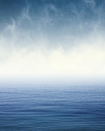 태평양 바다 이미지 위로 가져 가면 안개와 구름 100 기쁘게 종이 곡물 및 텍스처를 표시합니다