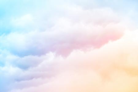 블루 그라데이션에 파스텔 컬러 오렌지와 부드러운 구름 배경 스톡 콘텐츠