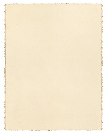 llanura: Papel marrón de la vendimia aislado en blanco con un borde decorativo deckled