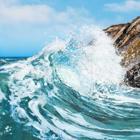 Una ola rompiendo en la costa rocosa en el estado de la playa Gaviota en el centro de California Foto de archivo