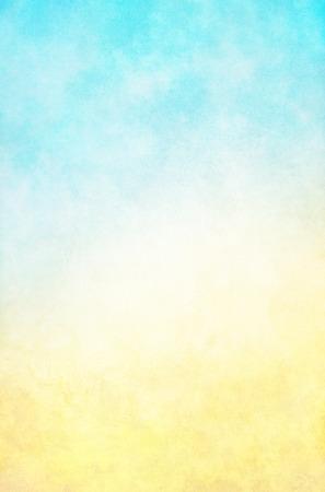 노란색 그라데이션에 밝은, 높은 키 파란색 질감 안개와 구름 배경. 이미지는 100 %에서 종이 곡물 및 텍스처를 표시합니다. 스톡 콘텐츠