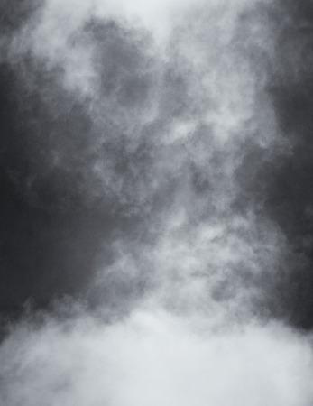 Una interpretación blanco y negro de la niebla y las nubes sobre un fondo de papel con textura. Imagen muestra un papel de grano y textura distinta al 100 por ciento. Foto de archivo - 42664968