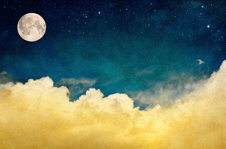 Un Cloudscape fantastique avec des étoiles et la pleine lune. Cette image comporte un motif de texture du papier et du grain agréable visible à 100 pour cent.
