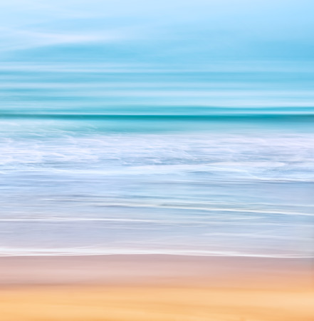 Un paysage tranquille avec des vagues de l'océan Pacifique au large de la Californie. Image réalisée avec une longue exposition pour un effet échevelé.