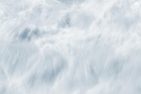 olas de mar: Un extracto, exposición larga de aguas bravas como resultado de romper las olas del mar.