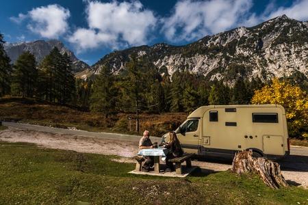 Nationalpark Triglav, Tolmin, Goriska, Slowenien, Europa, Oct. 2018, Picnic with mobile home in autumn Stock Photo - 117154926