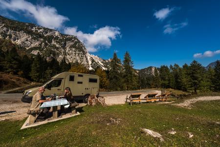 Nationalpark Triglav, Tolmin, Goriska, Slowenien, Europa, Oct. 2018, Picnic with mobile home in autumn Stock Photo - 117154927