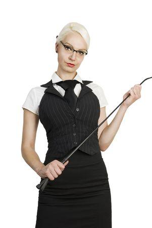 Mujer de negocios hermosas jóvenes con un látigo en sus manos. Aislados sobre fondo blanco.