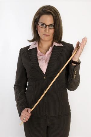 Mujer de negocios hermosas jóvenes con un látigo en sus manos. No aislado.