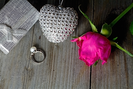 Valentine s background. Silver ring decorated with a pearl as a gift to the day of love. Imagens