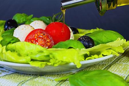 Caprese salad. Classic caprese salad. Italian traditional caprese salad ingredients. Mediterranean food. Imagens