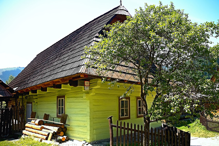 Vlkolinec - mountain village with a folk architecture typical of the Central European type. One of many typical streets in the village. Imagens