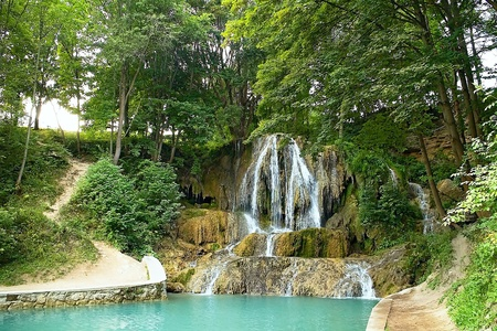 Lucky waterfall, a village with well-known SPA, travertine fields and indispensable. Imagens - 121475771