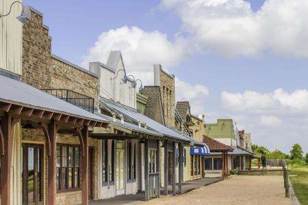 Une rangée de vieilles boutiques rurales de l'Ouest avec un ciel bleu lumineux en arrière-plan. Banque d'images - 21618143