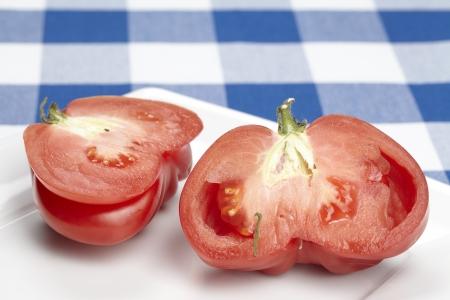 buey: Reducido a la mitad del coraz�n de buey de tomate Foto de archivo