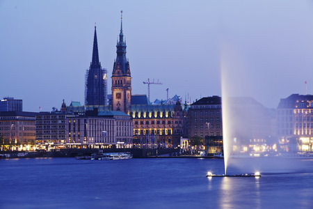 The picture shows the Inner Alster and the town hall taken in the evening.