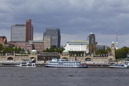 Die Skyline Von Hamburger Hafen Mit Den Landungsbrucken Wahrzeichen