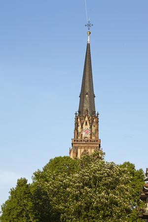 sachsenhausen: Torre della Chiesa dei Re Magi a Francoforte al Meno (fiume) preso in prima serata.