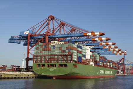 hing: Buque portacontenedores XIN Hong Kong se ha cargado  descargado en la terminal de contenedores Eurogate en el puerto de aguas profundas de Hamburgo-Waltershof en mayo de 2014, 16. Editorial