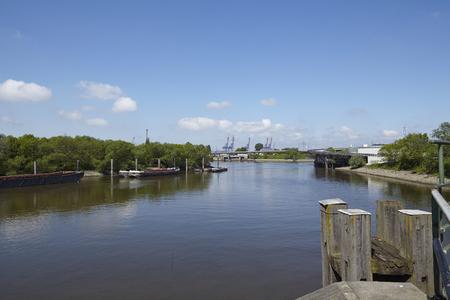 afflux: La serrure Ellerholz dans le port de Hambourg, le 17 mai 2014. Les serrures Ellerholz emp�che l'afflux de sable et de limon dans le port.