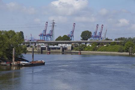 afflux: La serrure Ellerholz dans le port de Hambourg, le 17 mai 2014. Le serrures Ellerholz emp�che l'afflux de sable et de limon dans le port. �ditoriale