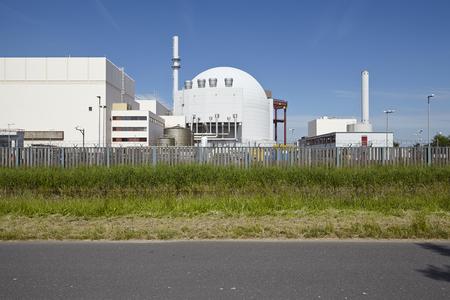 nuke plant: La planta de energ�a nuclear en Brokdorf (Alemania, distrito Steinburg) tomada a plena luz del sol con un cielo azul sin nubes.