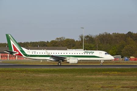 jetliner: An Embraer E190-100 of Alitalia takes off at Frankfurt International Airport (Germany, FRA) on April 23, 2015.