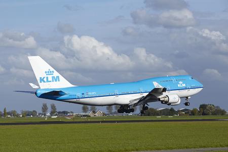 Een Boeing 747-406 (M) van KLM landt op Amsterdam Airport Schiphol (Nederland, AMS) op 7 mei 2015. De naam van de baan is Polderbaan.
