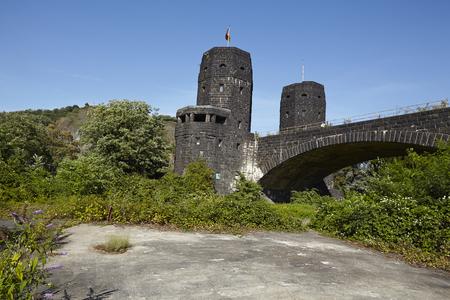 seconda guerra mondiale: Un pezzo della vecchia carreggiata si trova dietro il ponte di Remagen (Germania, Renania-Palatinato, distretto amministrativo Ahrweiler) che � stato distrutto nella seconda guerra mondiale.