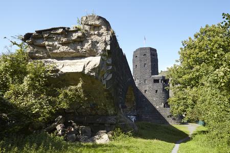 seconda guerra mondiale: Resti del ponte di Remagen che è stato distrutto nella seconda guerra mondiale vicino a Remagen (Germania, Renania-Palatinato, distretto amministrativo Ahrweiler).