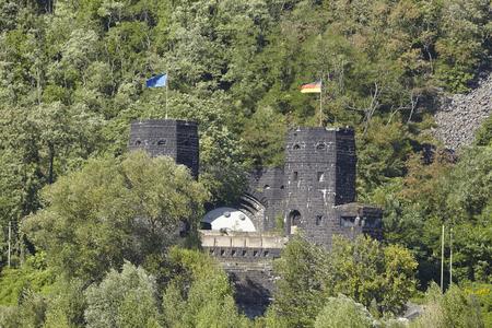 seconda guerra mondiale: Le torri del Ponte Remagen che � stato distrutto nella seconda guerra mondiale si trovano sulla sponda del fiume opposta del fiume Reno vicino a Remagen (Germania, Renania-Palatinato, distretto amministrativo Ahrweiler).