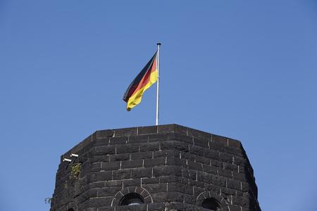 seconda guerra mondiale: La bandiera della Germania soffia sulla torre del Ponte Remagen (Germania, Renania-Palatinato, distretto amministrativo Ahrweiler) che è stato distrutto nella seconda guerra mondiale.
