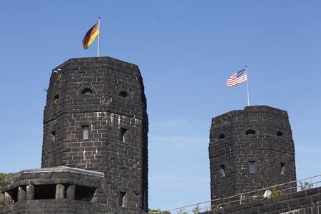 seconda guerra mondiale: Le bandiere degli Alleati e la Germania soffiano sulle due torri del Ponte Remagen (Germania, Renania-Palatinato, distretto amministrativo Ahrweiler) che � stato distrutto nella seconda guerra mondiale.