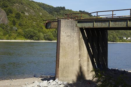 seconda guerra mondiale: Resti del ponte di Remagen che � stato distrutto nella seconda guerra mondiale vicino a Remagen (Germania, Renania-Palatinato, distretto amministrativo Ahrweiler).