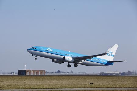 De KLM Boeing 737-8K2 met identificatie PH-BXY gaat van start op Amsterdam Airport Schiphol (Nederland, AMS), Polderbaan op 13 maart 2016. Redactioneel