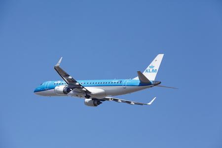 De KLM Embraer ERJ-190STD met identificatie PH-EXE stijgt op Amsterdam Airport Schiphol (Nederland, AMS), Polderbaan op 13 maart 2016. Het vliegtuig is al hoog in de lucht.