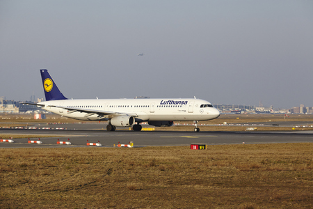 jetliner: The Lufthansa Airbus A321-231 with identification D-AISX takes off at Frankfurt International Airport (Germany, FRA) on March 18, 2016.