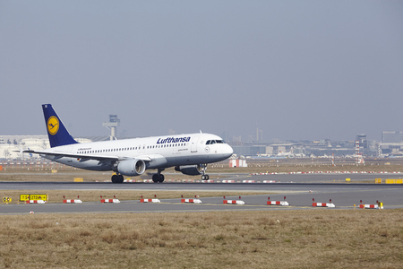 jetliner: The Lufthansa Airbus A320-214 with identification D-AIZK takes off at Frankfurt International Airport (Germany, FRA) on March 18, 2016.
