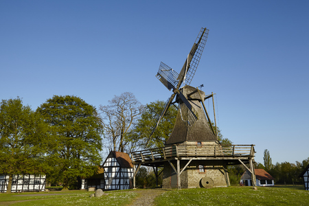 De windmolen Levern (Stemwede, Duitsland) maakt deel uit van de Westfalen Mill Street (Westfaelische Muehlenstrasse) in het plattelandsdistrict Minden-Luebbecke.