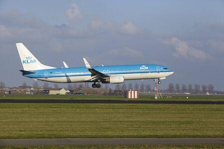 De KLM Boeing 737-9K2 met identificatie PH-BXS landt op 8 april 2016 op Amsterdam Airport Schiphol (Nederland, AMS), Polderbaan. Redactioneel