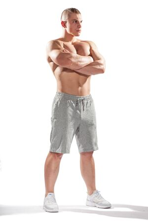 seins nus: jeune bodybuilder caucasien isol� sur fond blanc