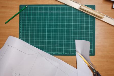 빈 측정 타블렛 arrounded 편지지 장치 눈금자, 연필가 위, 드레스 패턴, 상위 뷰 평면 누워 스톡 콘텐츠