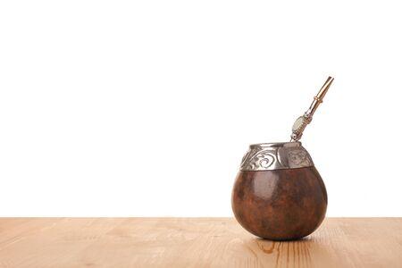 yerba mate: Té de Yerba mate-Suramérica en calabaza tradicional con bombilla aislada en el fondo blanco Foto de archivo