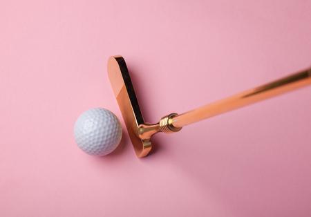 Golf club di lusso d'oro vicino a pallina da golf su sfondo rosa Archivio Fotografico - 78336102
