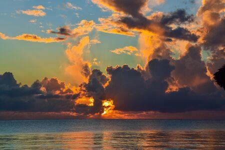 Coucher de soleil et couchers de soleil sur la plage au Kenya